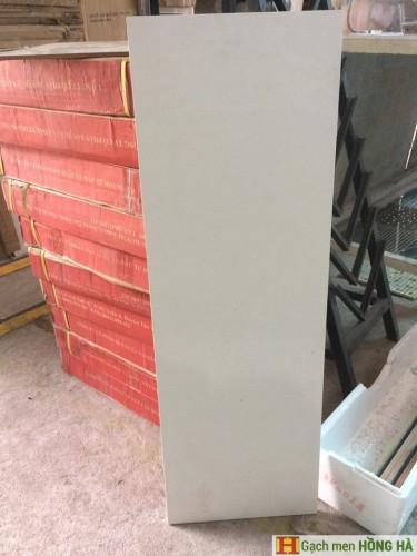 Gạch 30x90 trắng ốp cổ cầu thang